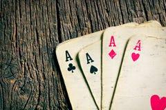 Старые карточки на деревянном столе Стоковое Фото