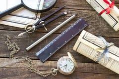 Старые карты с инструментами на деревянной предпосылке Стоковое Фото