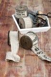 Старые катышкы потока, ткани, ножниц на деревянной предпосылке Стоковые Фото