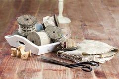 Старые катышкы потока, ткани, ножниц на деревянной предпосылке Стоковые Фотографии RF
