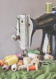 Старые катышкы швейной машины и года сбора винограда резьбы Стоковое Фото