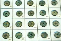 Старые китайские монетки различных династий в музее стоковые изображения rf