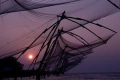 Старые китайские рыболовные сети на побережье kochi, Кералы Индии, на заходе солнца Стоковое фото RF