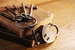 Старые ключи на старой книге Стоковая Фотография RF