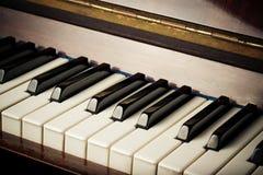 Старые ключи рояля стоковое фото