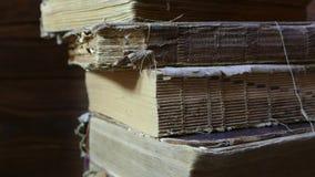 Старые книги в архиве библиотеки Окантуйте старую книгу с вашими руками Прочитайте историческую литературу Архив церков акции видеоматериалы