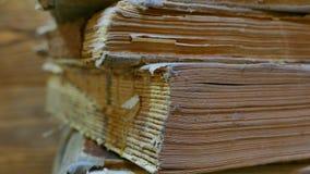 Старые книги в архиве библиотеки Окантуйте старую книгу с вашими руками Прочитайте историческую литературу Архив церков видеоматериал
