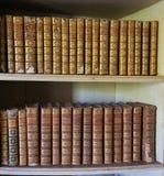 Старые книги в библиотеке дворца Mafra стоковые фотографии rf