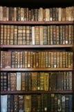 Старые книги в библиотеке Коимбры стоковые изображения