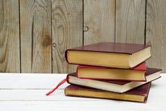 Старые книги на деревянной предпосылке стоковые фото
