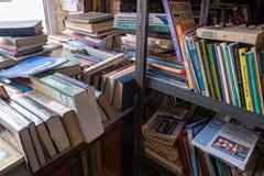 Старые книги на полке в антикварном магазине стоковое изображение