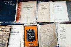 Старые книги на полке стоковые изображения rf