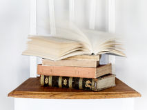 Старые книги на стуле Стоковое Изображение RF