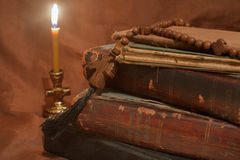 Старые книги светом горящей свечи Стоковое фото RF