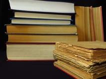 Старые книги штабелированные в куче Образование, знание, привычки чтения, бумага, библиотека стоковое изображение rf