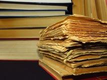 Старые книги штабелированные в куче Образование, знание, привычки чтения, бумага, библиотека стоковое фото rf