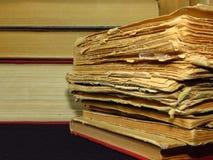 Старые книги штабелированные в куче Образование, знание, привычки чтения, бумага, библиотека, тайна стоковая фотография rf