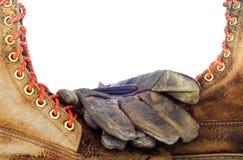 Старые кожаный ботинок и кожа работают перчатки, изолированные на задней части белизны Стоковое фото RF