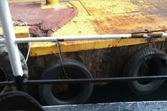 Старые колеса автомобиля на пристани Стоковое Фото