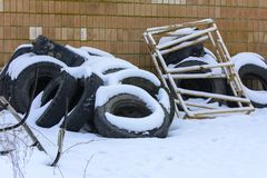 Старые колеса тележки в зиме в покинутое Стоковые Изображения