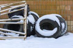 Старые колеса тележки в зиме в покинутое Стоковое фото RF