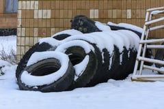 Старые колеса тележки в зиме в покинутое Стоковые Фотографии RF