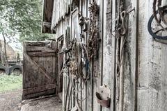 Старые конюшни, на инструментах смертной казни через повешение стены различных и проводке лошади, под углом Стоковая Фотография RF