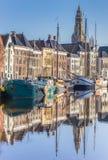 Старые корабли и башня церков вдоль канала в Groningen Стоковое фото RF