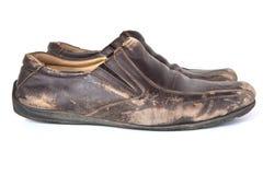 Старые коричневые кожаные ботинки на белой предпосылке Стоковые Изображения RF
