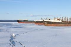 Старые, который замерли грузовие корабли в порте на озере Онег на зимнем времени стоковое изображение