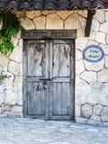 Старые колониальные двери мексиканского крупного поместья Стоковые Изображения