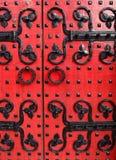 Старые красные двери с дизайном металла декоративным Стоковая Фотография RF