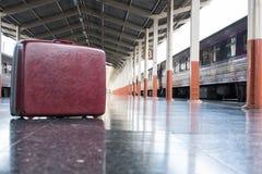 старые красные чемодан, багаж или багаж на платформе на statio поезда Стоковые Фотографии RF