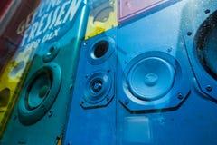 Старые красочные ядровые коробки дикторов в vitrine окна магазина Концепция ретро винтажного внутреннего художественного оформлен Стоковая Фотография RF