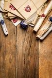 Старые крены бумаги и синих чернил в чернильнице как винтажное backgr стоковое изображение rf