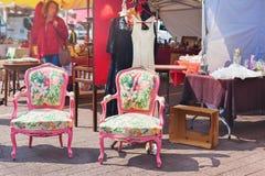 Старые кресла на блошинном Стоковые Фотографии RF