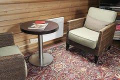 Старые кресло и журнальный стол Стоковая Фотография RF