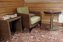 Старые кресло и журнальный стол Стоковое Изображение RF
