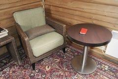Старые кресло и журнальный стол Стоковые Фото
