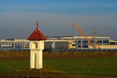 Старые крест и индустриальная зона стоковое фото rf