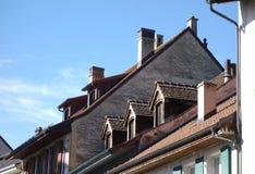 Старые крыши городка с Dormers и каминами стоковые изображения