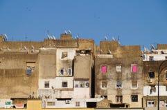 Старые крыши Fez medina с современными спутниковыми антенна-тарелками  стоковые фото