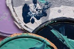 Старые крышки консервной банки краски на белизне стоковое изображение