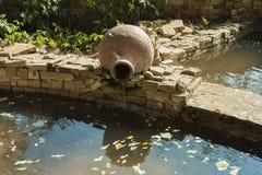 Старые кувшины глины декоративные элементы украшения парка и фонтана стоковые фотографии rf