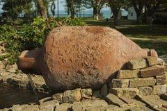 Старые кувшины глины декоративные элементы украшения парка и фонтана стоковое изображение rf
