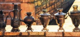 Старые кувшины и чайники стоковое фото