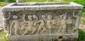 Старые купидоны мочат агору Афина Грецию статуй стоковое изображение rf