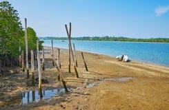 Старые кучи на ` s реки кренят, Chaung Tha, Мьянма Стоковое Изображение RF