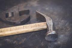 Старые ключ молотка/схваты - винтажные инструменты Стоковые Фото