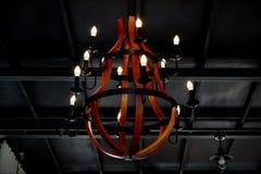 Старые лампы вися в середине комнаты стоковое фото rf